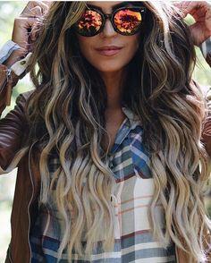 """Shades & Waves @jordanunderwood stirs up major hair envy in her @guy_tang 220g 22"""" 4/18 Balayage ✨"""