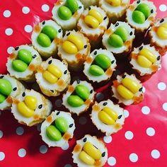 子どものためにお弁当を可愛く作ってあげたくても、キャラ弁は難しすぎる…。そんな方の救世主となる簡単&可愛いデコおかずが今話題です。その名も「ちくわ鳥」!子どもが絶対喜ぶ可愛いレシピです。 Food Design, South Indian Vegetarian Recipes, Cute Food, Yummy Food, Easy Cooking, Cooking Recipes, Little Lunch, Bento Recipes, Kids Menu