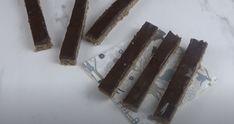 Bâtons de chocolat-noix de coco Menu, Candy, Chocolate, Menu Board Design, Sweet, Toffee, Sweets, Candles, Chocolates