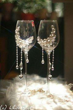 Step-by-Step Guide to - Copas bellas - DİY, Nagel Design Wedding Wine Glasses, Diy Wine Glasses, Glitter Glasses, Decorated Wine Glasses, Wedding Champagne Flutes, Painted Wine Glasses, Champagne Glasses, Bride And Groom Glasses, Wine Glass Crafts