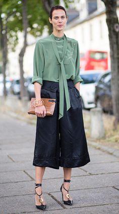 Street style look com camisa verde e calça culotte.