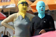 Olha a moda praia dos japoneses agora. kkkkkkkkkkkk como ir tomar banho de mar assim??