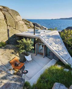 34 Modern Airy Home Design With Amazing Lake Views 34 Modern Airy Home Design With Amazing Lake Views. Hope the suggestions to design a deck you'll be valuable to renovate your property. Underground homes appeal to people for a number of factors. Our ho… Architecture Design, Contemporary Architecture, Amazing Architecture, Architecture Facts, Roman Architecture, Architecture Office, Contemporary Design, Exterior Tradicional, Underground Homes