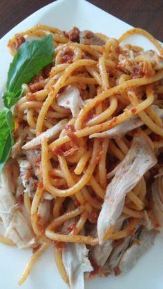 """Nedávno jsem si dala v jedné restauraci """"buccatini s pestem ze sušených rajčat a trhaným kachním masem"""". Bylo to moc dobré ( jako ostatně všechna jídla, která si dali ostatní).  Tak jsem to zkusila vymyslet... Pesto, Spaghetti, Ethnic Recipes, Dali, Noodle"""