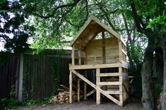 tree house from pallets