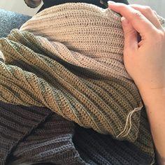 Må nok hellere se at blive færdig med det her #vinkelsjal til #morsdag  - sådan er det når andre projekter kommer i vejen  #lutteridyl #crochet #crochetlove #crochetshawl #hækling #hækletsjal #coastgarn #12monthsofcrochet #12monthsofcrochet2016 by b_s_moller