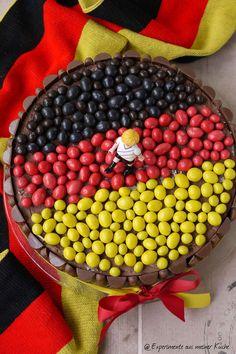 Experimente aus meiner Küche: Fußball-Torte für Anfänger Soccer Cake, Soccer Party, Party World, Snacks Für Party, Appetisers, Boy Birthday, Acai Bowl, Buffet, Good Food