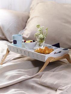 Mit diesem selbstgebauten Tablett steht dem Frühstück im Bett nicht mehr im Weg!