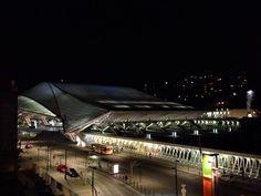 """""""La ville s'endormait j'en oublie le nom""""... Jacques Brel s'invite dans ma tête en regardant par la fenêtre... La gare des Guillemin éclairée... Toujours autant admirative de cette gare ! #liege #liegeguillemins #igersliege #trainstation #station #gare #garedesguillemins #guillemins #calatrava #belgique #belgium #igersbelgium #travel #travelgram #instatravel #picoftheday #photodujour #night #nightphotography #city #defi365 #luik"""