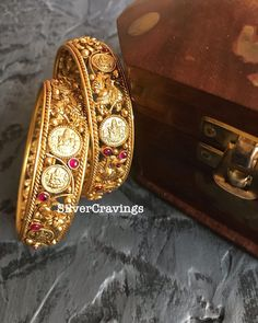 Gold Bangles For Women, Gold Bangles Design, Gold Jewellery Design, Gold Temple Jewellery, Gold Jewelry, Friend 2, Beautiful Engagement Rings, South India, Chain Jewelry