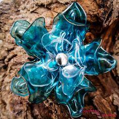 Grosse broche fleur bleue entièrement faite à la main avec une bouteille plastique recyclée. Pièce unique Diy Flowers, Plastic, Unique, Jewelry Designer, Plastic Bottle Flowers, Easy Origami Flower, Driftwood Sculpture, Olympics