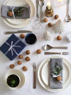 Blue & white festive table setting | Design Hunter