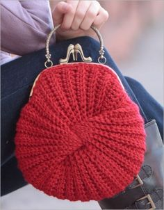Crochet Handbags Twist Bag Crochet Pattern - With a little clever seaming, a long wavy strip twists into a cute little bag. A crocheted lining gives it heft plus a jazzy contrast color. Finished Size:About 9 Mode Crochet, Crochet Shell Stitch, Bobble Stitch, Knit Or Crochet, Crochet Hats, Crochet Twist, Knitting Stitches, Knitting Patterns, Bag Patterns