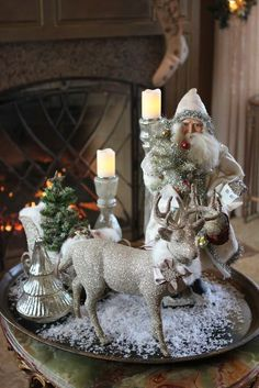 A silver Christmas decoration - HomeCNB Silver Christmas Decorations, Christmas Tablescapes, Christmas Centerpieces, Christmas Themes, Centerpiece Ideas, Christmas Vignette, Christmas Design, Christmas Candles, Christmas Decorations For The Home Living Rooms
