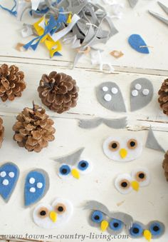 See how to make cute little owls using pine cones and felt!