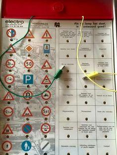Electro. Dmv 2 plugjes moest je het goede antwoord bij een plaatje vinden. Was het antwoord goed dan ging er een lampje branden.