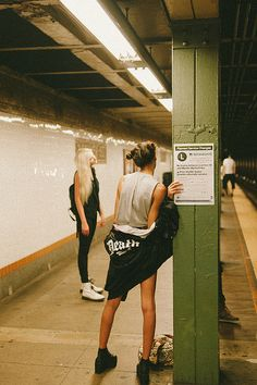 stretch between steps, NYC Subway, the L train Bon Sport, Poses, Film Photography, Fashion Photography, Ellen Von Unwerth, U Bahn, Robert Doisneau, Comme Des Garcons, Foto Pose