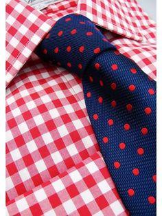 Pfiffige Kombination von roten Ginghamkaros und gepunkteter Krawatte, die besonders komplettiert mit einem dunkelblauen Sakko oder Anzug einen schönen farblichen Akzent setzen würde.