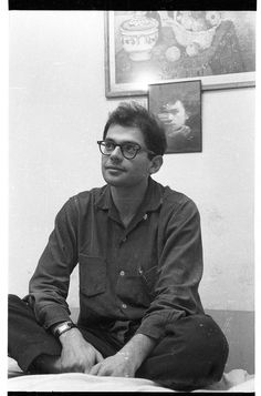 Allen Ginsberg (e Rimbaud ao fundo) no quarto 25 do Beat Hotel em Paris. A foto é de Harold Chapman (1956).