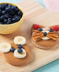 Peanutty Teddy Bear: A fun snack recipe of peanut butter on a bread circle decorated with fruit to look like a bear face Cute Food, Good Food, Yummy Food, Toddler Meals, Kids Meals, Baby Food Recipes, Snack Recipes, Oven Recipes, Easy Recipes