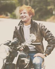 Motorcycle + leather jacket + Ed = O_O...my mouth literally dropped open. Ed Sheeran, Edward Christopher Sheeran, Tolle, James Dean, High School Musical, Hommes Sexy, Robert Pattinson, How To Look Better, Pretty People