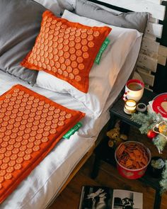 One of our favorite gifts: a prana mat or pillow. This acupressure mat is like the classic bed of nails in a modern jacket. The thousands of pressure points balance the energy flow in the body, stimulate the self-healing capacity and stimulate relaxation. A wonderful experience! Bed Of Nails, Acupressure Mat, Pressure Points, Self Healing, Flow, Relax, Yoga, Jacket, Pillows