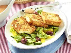 Gebratener Feta in knuspriger Mandelhülle auf Salat