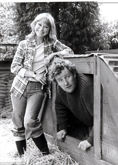 The Good Life - Felicity Kendal & Richard Briers British Tv Comedies, British Comedy, British Actors, Felicity Kendal, My Childhood Memories, 1970s Childhood, Vintage Television, Old Shows, Comedy Tv
