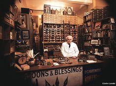 Philip Poole dans sa boutique à Londres.