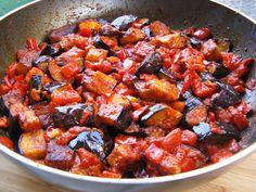 סלט חצילים מרוקאי של שרית מברוכה:  http://www.foodsdictionary.co.il/Recipes/4211    כ- 97 קלוריות בלבד למנה (: