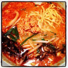 ぷらぷら歩いて薬院の梟で麺活。マー油がかかってる坦々麺が特徴的で、呑んだ後にいくのがここは好き。