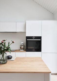 Idé til køkkenlåger. White fronts with metal band and oak countertop. It's an IKEA hack. Ikea Kitchen, Kitchen Living, Kitchen Cabinets, Modern Kitchen Design, Interior Design Kitchen, Kitchen Queen, Japanese Interior Design, Little Kitchen, Küchen Design