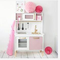 Morgoninspo Hur man kan med lite färg omvandla ett vanligt barnkök från IKEA Ett projekt till 2-årsdagen kanske... ☺️ Bild från pinterest. #ikeaduktig #barnkök