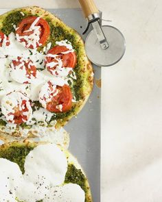 Pesto pizza from Martha Stewart. This simple Italian sauce brings summery flavor to all sorts of dishes, including pizza. Vegetarian Pizza Recipe, Pizza Recipes, Dinner Recipes, Vegetarian Entrees, Healthy Pizza, Party Recipes, Vegan Meals, Bread Recipes, Dinner Ideas