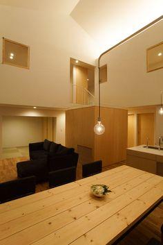 夜には夜の、優しい光。特に主寝室の上部に設えた間接照明は、天井に当たることで高さ感を演出し、開放的な空間であることをより感じさせてくれる。