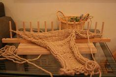 これは去年の冬、作りました。 娘が通っている幼稚園のモンテッソーリ教育のお仕事の中に指編みがあります。 指編みをアレンジしてリリアンをイメージしながら...
