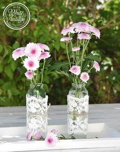 Vasen selber machen: Mit Spitzen lassen sich gewöhnliche Flaschen aufhübschen und verwandeln sich so in romantische Vasen.