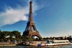 Torre Eiffel se tornou extremamente popular entre turistas de todo o mundo (Foto: Artur Staszewski/Wikimedia)