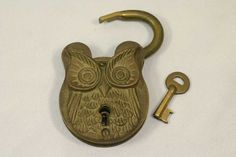 Vintage Antique Brass Padlock with Key Unique Owl Lock Under Lock And Key, Key Lock, Vintage Owl, Vintage Keys, Decor Vintage, Antique Keys, Antique Brass, Cool Lock, Knobs And Knockers
