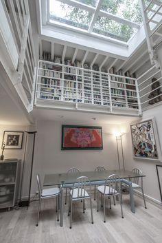 Loft avec toit-terrasse en verre à Paris Cabinet D Architecture, Architecture Design, Showroom, Lofts, Exterior, Rustic, Table, Paris, House