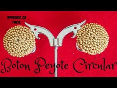 Boton Peyote Encerrado paso a paso #aretes #handmadeearring #tecnicacasandra - YouTube Beaded Rings, Beaded Jewelry, Handmade Jewelry, Beaded Bracelets, Tutorial Anillo, Earring Tutorial, Beading Patterns Free, Beading Tutorials, Big Earrings