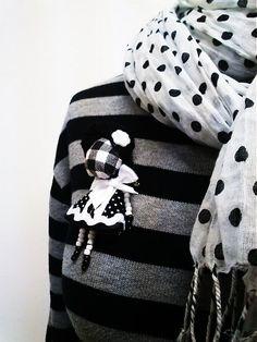 maramanufaktura / brošňa mini MARA slečna /čierno-biela/