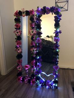Made these cute mirrors as bday gifts! Diy Floral Mirror, Diy Mirror Decor, Flower Mirror, Mirror Ideas, Flower Room Decor, Cute Room Decor, Diy Projects To Decorate Your Room, Room Ideas Bedroom, Bedroom Decor