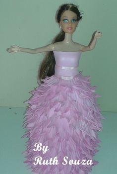 Boneca tipo Barbie com roupa de p�talas de flores em EVA, Fazemos noivas, princesas, a etc. 5 dias para produ��o prazo do correio.