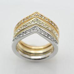 Elegantná brošňa zložená z troch prsteňov rôznej farby