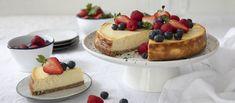 Amerikkalaisen juustokakun kauradigestivepohja saa kinuskista makua fariinisokerista. Täyte on raikkaan sitruunainen. Always Hungry, Dessert Recipes, Desserts, New Recipes, Cheesecake, Gluten, Sugar, Cooking, Sweet