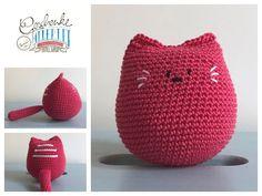 Tunella's Geschenkeallerlei präsentiert: Vroni - gehäkelte Katze - verträgt viel Kinderliebe (drücken, knautschen, wuzeln, schmusen erwünscht) #TunellasGeschenkeallerlei #Häkelei #Katze #Baby #Geschenk Crochet Hats, Crochet Stuffed Animals, Baby Favors, Cats, Knitting Hats