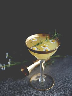 Orange Blossom Cocktail with gin, chamomile, rosemary simple syrup, orange juice and prosecco. Prosecco Cocktails, Cocktail Drinks, Cocktail Recipes, Classic Cocktails, Cocktail List, Cocktail Garnish, Pina Colada, Cheers, Cocktail Photography