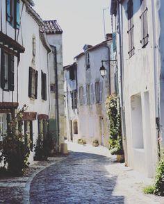 La jolie Rue Mérindot en fleur