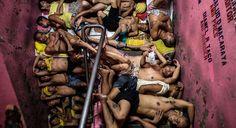Schlafen im Schichtmodus: 3.800 Insassen verbringen in dem für 800 Personen ausgelegten Gefängnis von Quezon City auf den…